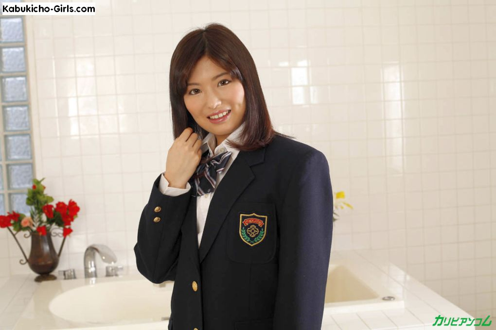 Nana Natsume, 夏目なな in her school uniform.